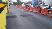 Setidaknya ada tiga retakan yang muncul di badan Jalan Raya Gubeng yang baru di-recovery usai ambles. (Liputan6.com/ Dian Kurniawan)
