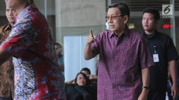 Wakil Presiden ke-11 Republik Indonesia, Boediono berjalan keluar seusai menjalani pemeriksaan di Gedung KPK, Jakarta, Kamis (15/11). Boediono hari ini menjalani pemeriksaan dalam penyelidikan kasus korupsi Bank Century. (Merdeka.com/Dwi Narwoko)