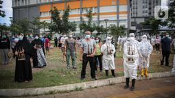 Sejumlah tenaga kesehatan dan pasien COVID-19 memainkan angklung di RSDC Wisma Atlet, Kemayoran, Jakarta, Selasa (23/3/2021). Acara tersebut dilakukan dalam rangka satu tahun beroperasinya RSDC Wisma Atlet Kemayoran. (Liputan6.com/Faizal Fanani)