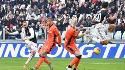Penyerang Juventus, Gonzalo Higuain (kiri) menendang bola dari kawalan dua pemain Udinese pada pertandingan lanjutan Liga Serie A Italia di Stadion Allianz di Turin (15/12/2019). Juventus menang 3-1 atas Udinese. (Alessandro Di Marco / ANSA via AP)