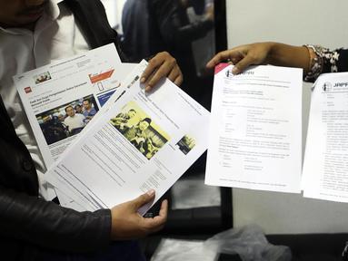 Jaringan Advokat Pengawal NKRI menunjukkan dokumen saat melapor kepada Mahkamah Kehormatan Dewan (MKD) terkait kasus penyebaran berita hoaks penganiayaan aktivis perempuan Ratna Sarumpaet di Jakarta, Kamis (4/10). (Liputan6.com/Johan Tallo)