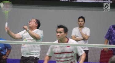 Menteri Perencanaan Pembangunan Nasional/Kepala Bappenas Bambang Brodjonegoro (kiri) memukul kok saat bermain bulutangkis bersama peraih medali emas Olimpiade Sydney 2000 Chandra Wijaya (kanan) di Serpong (21/12). (Liputan6.com/Pool/Bappenas)