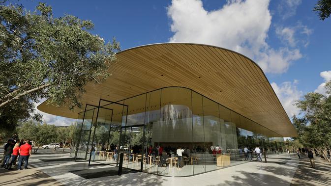 Fasilitas Visitor Center di kawasan Apple Park yang resmi dibuka untuk umum di Cupertino, California, Jumat (17/11). Visitor Center dilengkapi dengan atap yang terbuat dari bahan serat fiber kantilever sehingga membuatnya tampak melayang (AP/Eric Risberg)#source%3Dgooglier%2Ecom#https%3A%2F%2Fgooglier%2Ecom%2Fpage%2F%2F10000