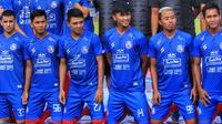 Pemain Arema saat launching jersey di Stadion Kanjuruhan, Kabupaten Malang (23/2/2020). (Bola.com/Iwan Setiawan)