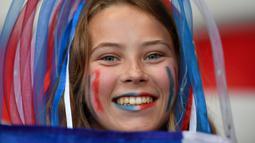 Suporter wanita Prancis tersenyum sebelum menyaksikan pertandingan melawan Norwegia pada grup A Piala Dunia Wanita 2019 di Stadion Nice, Prancis (12/6/2019). Dalam pertandingan ini Prancis menang tipis atas Norwegia 2-1. (AFP Photo/Christophe Simon)