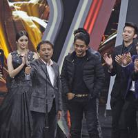 Para pemain, sutradara dan kru sinetron Anak Langit menyampaikan kata sambutan saat meraih penghargaan SCTV Awards 2017 di Studio 6 Emtek City, Jakarta, Rabu (29/11). Anak Langit meraih predikat Sinetron Paling Ngetop. (Liputan6.com/Herman Zakharia)