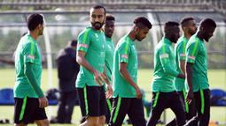 Striker Arab Saudi, Mohammed Al-Sahlawi, berbincang dengan Taiseer Al Jassam saat latihan jelang Piala Dunia di Saint Petersburg, Rusia, Senin (11/6/2018). Arab Saudi akan melawan Rusia pada laga pembukaan Piala Dunia 2018. (AFP/Paul Ellis)