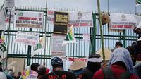 Puluhan petani yang tergabung dalam Asosiasi Petani Tembakau Indonesia (APTI) menggelar unjuk rasa di depan Gedung DPR, Jakarta, Rabu (16/11). Dalam aksinya mereka meminta segera pengesahan RUU Pertembakauan. (Liputan6.com/Faizal Fanani)