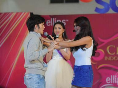 Rizky Nazar menjadi bintang tamu dalam seleksi 10 besar Miss Celebrity 2014 Makassar, Minggu (7/9/14). (Liputan6.com/Herman Zakharia)