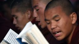Sejumlah biksu membacakan kitab selama festvial Budha yang merupakan rangkain Monlam di Kathmandu, Nepal (7/1/2020). Monlam adalah acara tahunan di mana para biksu berdoa untuk perdamaian dunia. (AP Photo/Niranjan Shrestha)