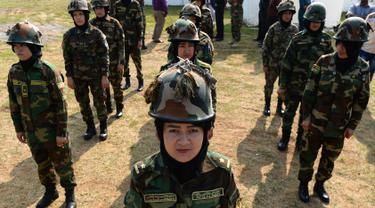 Para kadet perempuan Afghanistan berdiri dalam formasi selama sesi latihan militer di Chennai, Rabu (19/12). Sembilan belas kadet tentara Afghanistan perempuan mengambil bagian dalam program pelatihan militer India. (ARUN SANKAR / AFP)