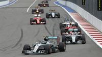 Pebalap Mercedes Nico Rosberg sempat memimpin balapan Formula 1 GP Rusia di Sochi Autodrom, Minggu (11/10/2015). (Liputan6.com/REUTERS/Grigory Dukor)