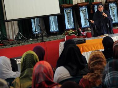Di lapas wanita kelas II, Peggy mengajak para tahanan untuk belajar membaca Al-Qur'an bersama, Tanggerang, (15/7/14), (Liputan6.com/ Faisal R Syam)