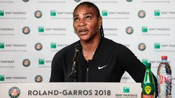 Petenis AS, Serena Williams menggelar konferensi pers terkait pengunduran dirinya dari Prancis Terbuka di Roland Garros, Paris, Senin (4/6). Serena Williams mundur setelah mengalami cedera otot pektoral yang mengganggu servisnya. (Pauline BALLET/FFT/AFP)