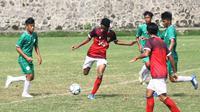 Duel uji coba Timnas Indonesia U-16 (merah) melawan PSS Sleman U-16 di lapangan UII, Sleman, Jumat (28/2/2020). (Bola.com/Vincentius Atmaja)
