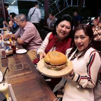 Ani Yudhoyono dan SBY saat makan burger di Burger Ling Lung, Yogyakarta (Dok.Instagram/@aniyudhoyono0