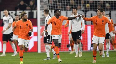 Para pemain Belanda merayakan gol yang dicetak oleh Quincy Promes ke gawang Jerman pada laga UEFA Nations League di Veltins Arena, Gelsenkirchen, Senin (19/11/2018). Kedua tim bermain imbang 2-2. (AP/Martin Meissner)