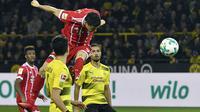 Pemain Bayern, Robert Lewandowski menyundul bola ke gawang Dortmund pada lanjutan Bundesliga di Signal Iduna Park, Dortmund, (4/11/2017). Bayern menang 3-1. (AP/Martin Meissner)