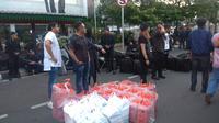Sejumlah artis membagi-bagikan takjil kepada anggota TNI Polri yang berada di depan gedung Mahkamah Konstitusi (MK), Jumat (24/5/2019). (Merdeka.com/ Nur Habibie)