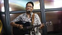 Penyanyi legendaris Andre Hehanusa saat tampil dalam #KLYLounge di Kantor KLY, Jakarta, Jumat (14/9). Di usianya yang sudah 54 tahun, Andre masih produktif menghasilkan sejumlah karya. (Liputan6.com/Herman Zakharia)