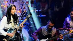 "Artis multitalenta Maudy Ayunda, tampil membawakan lagu ""Ada Anak Bertanya Pada Bapaknya"" dalam Konser Ramadan Penuh Syukur di Studio Penta SCTV, Jakarta, (16 /7/14) (Liputan6.com/ Andrian Martinus)."