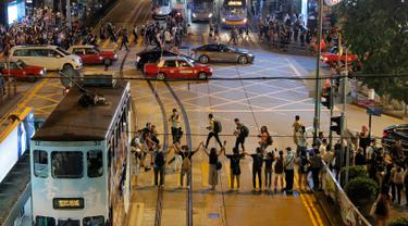 Demonstran prodemokrasi membentuk rantai manusia di jalanan Hong Kong, Jumat (23/8/2019). Menurut panitia, panjang rantai manusia tersebut sekitar 30 mil atau hampir 50 kilometer. (AP Photo/Kin Cheung)