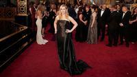"""Kate Winslet , nominasi untuk Aktris Pendukung Terbaik dalam film """"Steve Jobs"""" , mengenakan gaun strapless hitam mengkilap koleksi Ralph Lauren, saat berpose di Piala Oscar 2016, di Hollywood, California, Minggu (28/2). (REUTERS/Lucas Jackson)"""