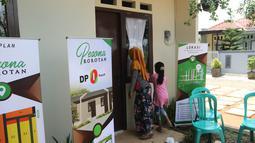 Warga melihat bangunan rumah DP 0 Rupiah di Pesona Rorotan, Cilincing, Jakarta Utara, Jumat (2/3). Rumah Tapak DP 0 Rupiah tersebut memiliki luas bangunan 27 meter persegi dan luas tanah 45 meter persegi. (Liputan6.com/Arya Manggala)