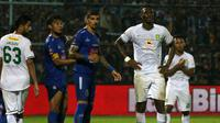 Striker Persebaya, Amido Balde, dikawal pemain Arema dalam leg kedua final Piala Presiden di Stadion Kanjuruhan, Malang (12/4/2019). (Bola.com/Aditya Wany)