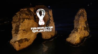 Batu karang 'Raouche' yang terkenal diproyeksikan dengan logo resmi Piala Dunia FIFA Qatar 2022 di Beirut, Lebanon pada Selasa (3/9/2019). Lambang itu juga diluncurkan secara serentak di 24 kota besar lainnya di seluruh dunia. (AP Photo/Hussein Malla)