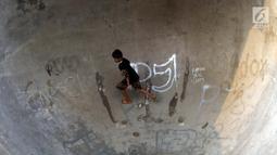 Sebuah tulisan mengotori area Skate Park RPTRA Kalijodo, Jakarta, Sabtu (15/6/2019). Beberapa coretan dari orang yang tidak bertanggung jawab mulai mengotori salah satu arena bermain di RPTRA Kalijodo. (Liputan6.com/Helmi Fithriansyah)