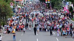 Warga memadati ruas Jalan Gajah Mada dan Hayam Wuruk, Jakarta untuk menyaksikan karnaval Cap Go Meh 2018, Minggu (4/3). Beragam atraksi budaya ditampilkan dalam karnaval perayaan Cap Go Meh 2018 di kawasan Glodok Jakarta. (Liputan6.com/Helmi Fithriansyah)