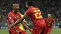 Bek Belgia, Vincent Kompany, merayakan gol bunuh diri yang dilakukan gelandang Brasil, Fernandinho, pada laga perempat final Piala Dunia di Kazan Arena, Kazan, Jumat (6/7/2018). Belgia menang 2-1 atas Brasil. (AP/Andre Penner)