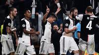 Striker Juventus, Paulo Dybala, merayakan gol yang dicetaknya ke gawang Lokomotiv Moscow pada laga Liga Champions di Stadion Juventus, Turin, Selasa (22/10). Juventus menang 2-1 atas Lokomotiv. (AFP/Marco Bertorello)
