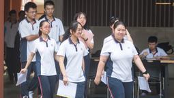 Para siswa memasuki gedung SMA Wuhan di Wuhan, ibu kota Provinsi Hubei, China, 1 September 2020. Total 2.842 taman kanak-kanak, sekolah dasar dan sekolah menengah di Wuhan, kota besar yang pernah dilanda parah covid-19, telah dibuka kembali untuk menyambut sekitar 1,4 juta siswa. (Xinhua/Xiao Yijiu)