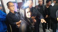 Cita Citata mendatangi Polrestabes Bandung, Jumat (6/2/2015) sekitar pukul 14.30 WIB terkait kasus pencurian yang dilakukan suami, Ijonk.