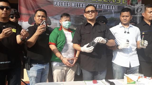 Presenter Reza Bukan ditangkap di kediamannya setelah ditemukan tiga paket narkoba jenis sabu.