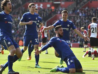 Ekspresi pemain Chelsea, Olivier Giroud (2kanan) usai membobol gawang Southampton pada lanjutan Premier League di St Mary's Stadium, Southampton, (14/4/2018). Chelsea menang 3-2. (AFP/Glyn Kirk)