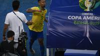 Striker Timnas Brasil, Gabriel Jesus, meninju dugout pada laga final Copa America 2019 kontra Peru di Stadion Maracana, Rio de Janeiro, Senin (8/7/2019) dini hari WIB. (AFP/Mauro Pimentel)