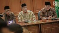 Ketua Umum PBNU Said Aqil Siradj (tengah) memberi keterangan saat konferensi pers terkait Pemilu 2019 di Kantor PBNU, Jakarta, Senin (15/4). PBNU mengimbau masyarakat menggunakan hak pilih dengan nalar dan nurani untuk memilih presiden dan wakil presiden. (Liputan6.com/Faizal Fanani)
