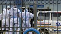 Petugas kesehatan menunggu di luar bangsal darurat sebuah rumah sakit di Kolkata, India, Selasa (21/7/2020). Di tengah lonjakan kasus COVID-19 dalam beberapa minggu terakhir, pemerintah negara bagian di India telah memesan kuncian terfokus di wilayah dengan jumlah kasus tinggi. (AP Photo/Bikas Das)