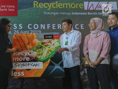 Executive Director Head of GSMC PT Bank DBS Indonesia Mona Monika (kedua kiri) dan Direktur Pengelolaan Sampah Kementerian LHK Novrizal Tahar (ketiga kanan) berbincang disela-sela kampanye Recycle more, Waste less, di Jakarta, Rabu (26/6/2019). (Liputan6.com/Fery Pradolo)