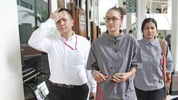 Aktris Nadine Chandrawinata bersiap mengikuti sidang lanjutan kasus dugaan kepemilikan senjata api ilegal dan satwa langka Gatot Brajamusti di Pengadilan Negeri Jakarta Selatan, Selasa (5/12). (Liputan6.com/Herman Zakharia)