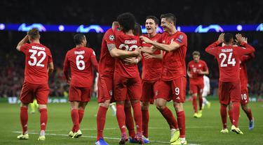 Para pemain Bayern Munchen merayakan gol yang dicetak Serge Gnabry ke gawang Tottenham pada laga Liga Champions di Stadion Tottenham, London, Selasa (1/10). Tottenham kalah 2-7 dari Munchen. (AFP/Daniel Leal-Olivas)