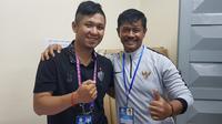 Indra Sjafri kembali bertemu dengan jurnalis Kamboja, Tith Sovann, yang pernah dibuatnya terdiam dan terheran-heran. (Bola.com/Zulfirdaus Harahap)