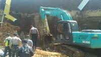 Polisi memeriksa ke lokasi longsor yang berada di area proyek double track kereta api Sukabumi-Bogor di Cigombong, Jawa Barat. (Dok. Pusdalops PB BPBD Jabar)