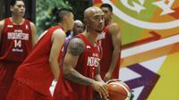 Pemain Timnas Basket Indonesia, Mario Wuysang, saat melawan bertanding melawan Satria Muda saat laga uji coba di Tangerang, Jumat (21/7/2017). Timnas Basket menang 82-87 atas Satria Muda. (Bola.com/M Iqbal Ichsan)