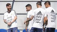 Bintang Argentina, Lionel Messi, tampak rileks bersama rekan-rekannya saat latihan di Brinnitsy, Sabtu (23/6/2018). Argentina akan melakoni laga hidup mati Piala Dunia 2018 melawan Nigeria. (AP/Ricardo Mazalan)