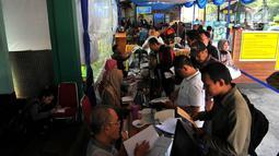 Para wajib pajak melaporkan SPT di Kantor Pelayanan Pajak Pratama Jakarta, Kamis (29/3). Pelayanan Pajak Pratama Cabang Pulo Gadung masih melayani dua cara yakni secara manual dan online. (Merdeka.com/Iqbal Nugroho)