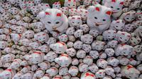 Patung-patung maneki-neko terlihat di Kuil Gotokuji, Tokyo, Jepang, Rabu (10/6/2020). Kuil Gotokuji terkenal karena dipercaya sebagai tempat kelahiran maneki-neko, kucing pembawa keberuntungan. (Philip FONG/AFP)